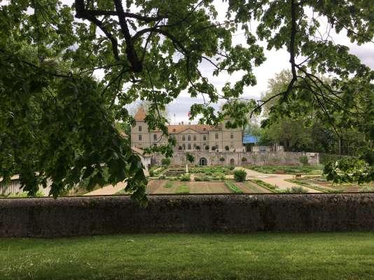 Vue du château de Prangins, avec, au premier plan, le haut du mur d'enceinte du potager.