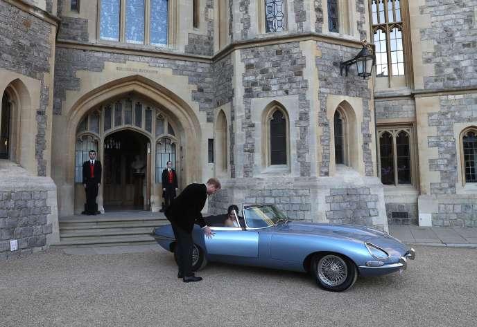 Le duc et la duchesse de Sussex quittant le château de Windsor.