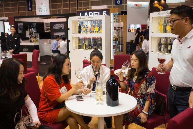 Séance de dégustation au salon Vinexpo à Hongkong, le 29 mai.