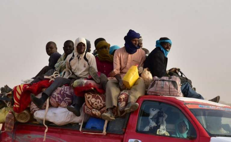 Un groupe de voyageurs rentrant à Agadez, au Niger, après avoir subi une attaque armée sur le chemin de la Libye, en mars 2017.