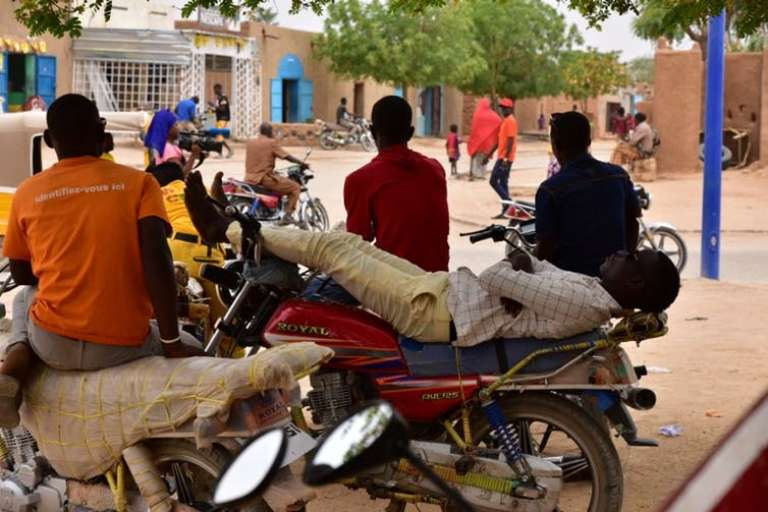 Des chauffeurs de motos-taxis attendant le client, à Agadez, dans le nord du Niger.