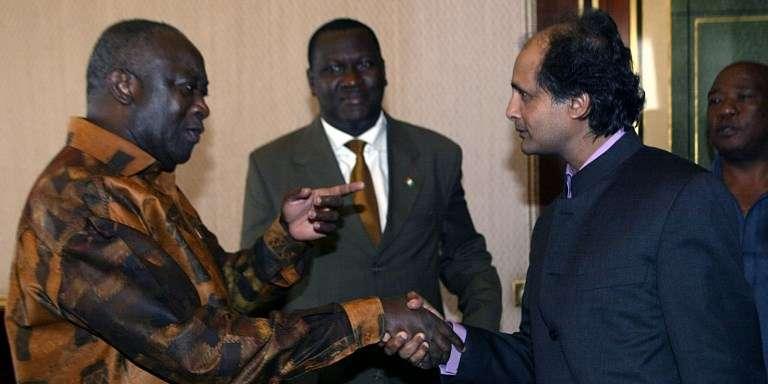 Le chercheur d'Amnesty International Gaëtan Mootoo (à droite), avec l'ex-président ivoirien Laurent Gbagbo, en mars 2003, à Yamoussoukro.