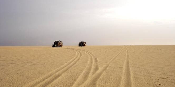 Des camions de retour de Libye traversant le Ténéré, au Niger.