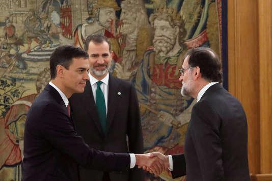 Le nouveau premier ministre et chef du parti socialiste espagnol (PSOE) Pedro Sanchez accueilli par son prédécesseurMariano Rajoy devant le roi Felipe VI au palais Zarzuela à Madrid le 2 juin 2018.