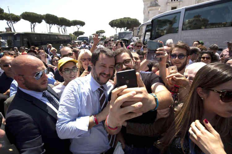 Le dirigeant de la Ligue, qui s'est imposé comme l'homme fort des négociations ces dernières semaines, Matteo Salvini, s'est offert, samedi2 juin, un bain de foule pour célébrer sa nomination au poste de ministère de l'intérieur.