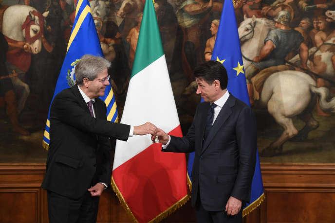 Le président du conseil, Paolo Gentiloni, remet à Giuliano Conte la cloche symbolique du pouvoir,au Palais Chigi, à Rome, le 1er juin.