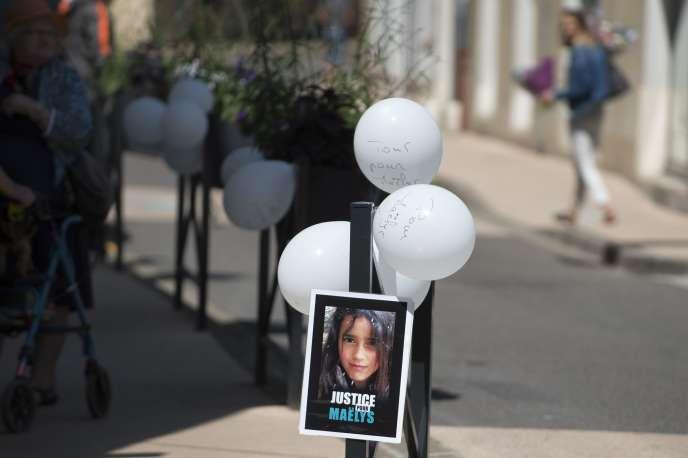 Des ballons blancs en hommage à Maëlys, samedi 2 juin à La-Tour-du-Pin en Isère. / AFP / ROMAIN LAFABREGUE