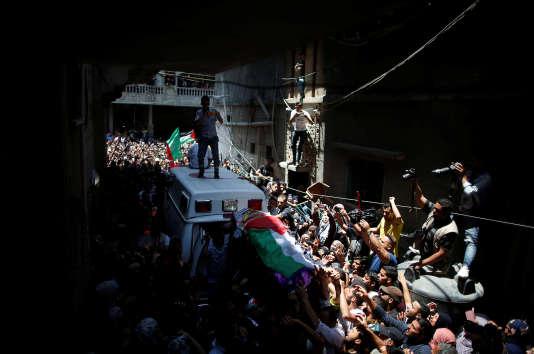 Une foule de palestiniens porte la dépouille deRazan Al-Najjar, une Palestinienne tué la veille par l'armée israélienne alors qu'elle tentait de soigner un manifestant blessé sur la frontière avec Israël, selon les autorités gazaouies, le 2 juin 2018.