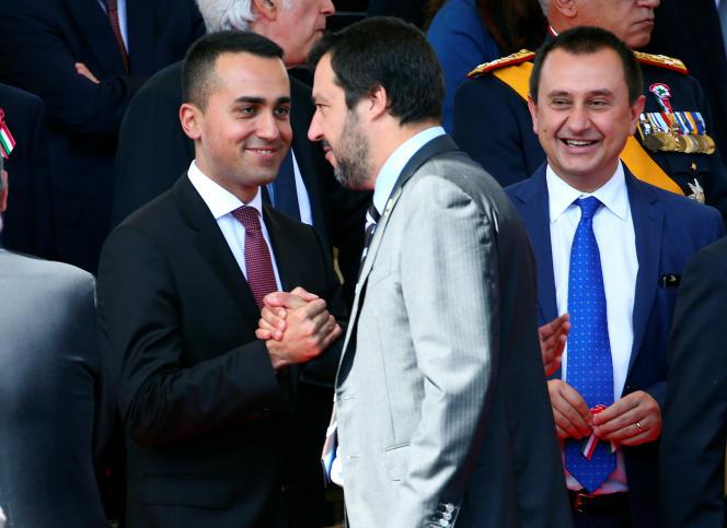 Le ministre du travail et de l'industrie, Luigi Di Maio, sert la main du ministre de l'intérieur Matteo Salvini, lors de la Fête de la république, le 2 juin à Rome.
