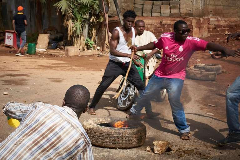 Scènes d'émeute en marge de la manifestation de l'opposition à Bamako, samedi2 juin.
