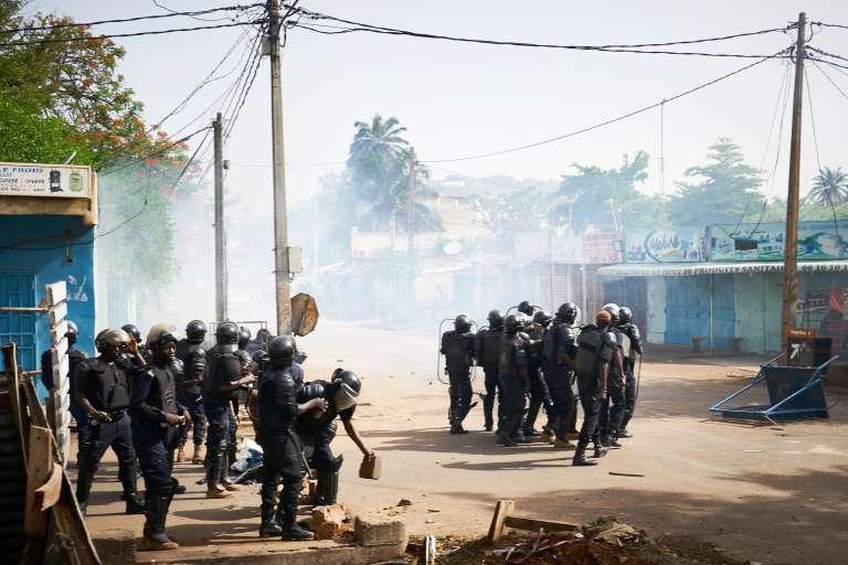 Les forces antiémeutes maliennes se déploient face à la manifestation de l'opposition, samedi2 juin à Bamako.