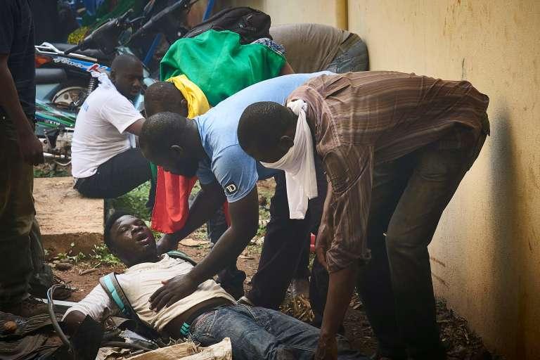 Un blessé est secouru lors de la manifestation de l'opposition à Bamako, samedi2 juin.