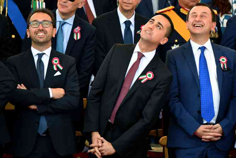 De son côté, le dirigeant du Mouvement 5 Etoiles, Luigi Di Maio (ici au centre), a été nommé ministre du développement économique et du travail.