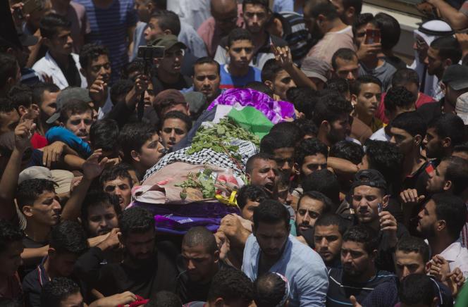Des Palestiniens accompagnent la dépouille de l'infirmièreRazan Al-Najjar, samedi 2 juin à Khan Younès.