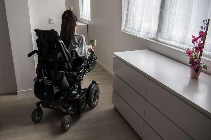 Une femme handicapée dans son appartement parisien, le 18janvier.