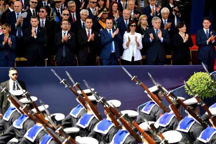 Avant de s'atteler aux dossiers que lui a transmis son prédécesseur Paolo Gentiloni, M.Conte a participé aux côtés du président Sergio Mattarella à une parade militaire à l'occasion de la fête nationale.