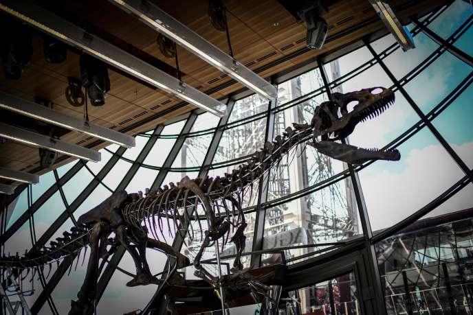 Le squelette d'un dinosaure carnivore a été vendu aux enchères lundi 4 juin au premier étage de la tour Eiffel à Paris.