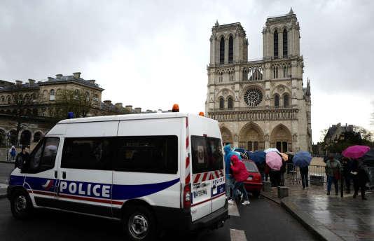 Devant la cathédrale Notre-Dame de Paris, le 29 mars.