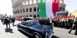 Comme tous les 2juin, l'Italie a célébré le référendum de1946 qui a donné le choix aux Italiens de choisir entre monarchie et République. Un événément politique devenu jour de fête nationale de la République italienne, et qui intervient cette année après une crise politique d'ampleur.