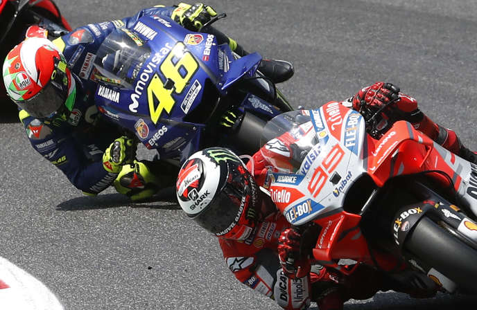 La Ducati #99 de l'Espagnol Jorge Lorenzo précède la Yamaha #46 de l'ItalienValentino Rossi sur la piste de Mugello (Italie), le 3 juin.
