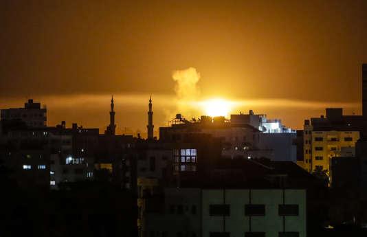 Une explosion à la suite de frappes aériennes menées par Israël contre la bande de Gaza, le 2 juin 2018.