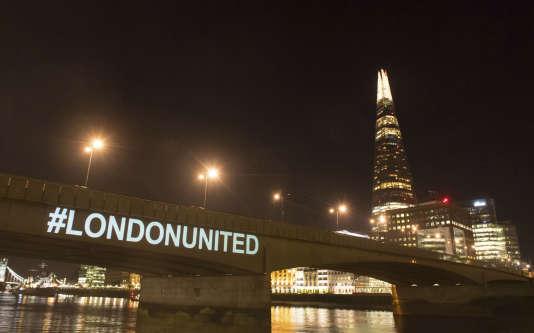 Une projection lumineuse sur le London Bridge, dimanche 3 juin 2018, dans le cadre de la commémoration de l'attentat survenu sur ce pont un an plus tôt.