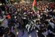 Dimanche soir, quelque cinq mille manifestants s'étaient rassemblés devant les bureaux du premier ministre à Amman, réclamant son départ. « Ecoute-nous Mulqi, le peuple jordanien ne s'agenouillera pas », ont crié le manifestants, répétant en chœur « le peuple veut la chute du gouvernement ».