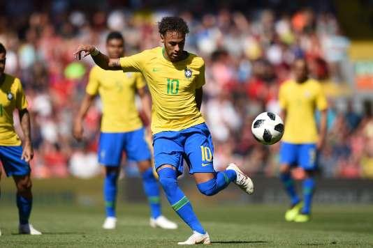 Contrôle de Neymar, lors du match amical Brésil-Croatie joué à Liverpool le 3 juin.