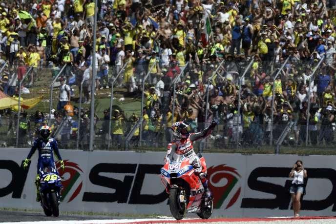 Andrea Dovizioso (Ducati rouge) et Valentino Rossi (Yamaha bleue) célèbrent respectivement leurs 2e et 3e places au Grand Prix d'Italiele 3 juin.