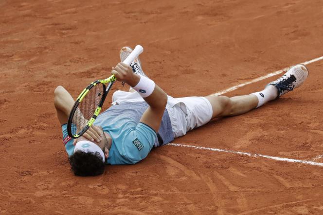 L'ItalienMarco Cecchinato s'effondre à terre. Il vient de remporter la rencontre qui l'opposait à David Goffin en quatre sets 7-5, 4-6, 6-0, 6-3, le 3 juin 2018.