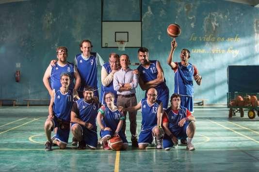Marco (Javier Gutierrez) entouré de son équipe de basket dans« Champions», de Javier Fesser.