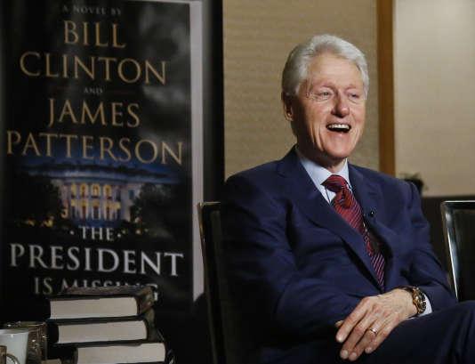 Bill Clinton, en promotion pour son livre « A president is missing», coécrit avec James Patterson, à White Plains, près de New York, le 21 mai.