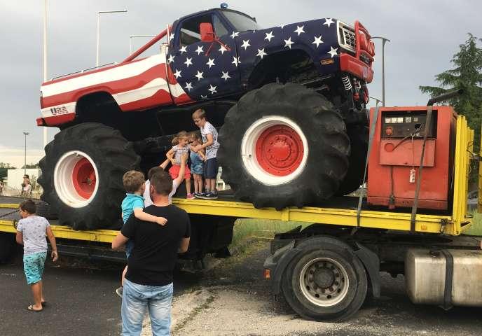 Le «monster truck»est un poids lourd hybride venu des Etats-Unis, reconnaissable à ses roues de moissonneuse-batteuse et à son habitacle de pick-up.