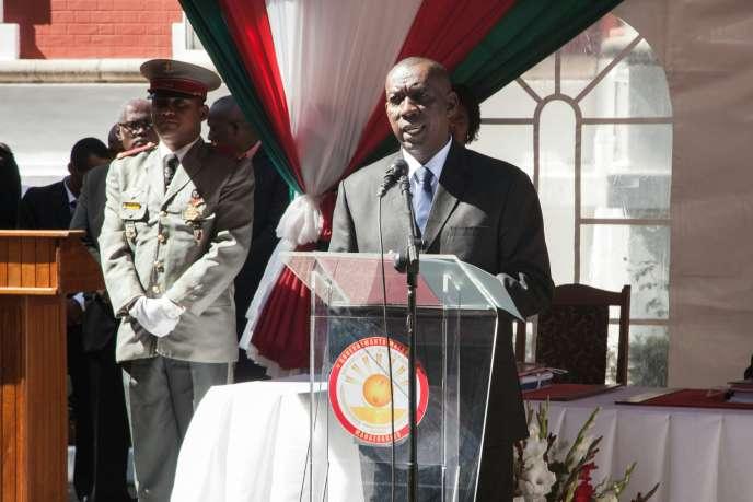 « Je vais remettre ma démission au président de la République aujourd'hui. En tant qu'homme d'Etat, je ne vais pas me présenter comme un obstacle à la vie de la nation», a déclaré Olivier Solonandrasana Mahafaly–ici, le 13 avril– lors d'un point de presse dans la capitale, Antananarivo.