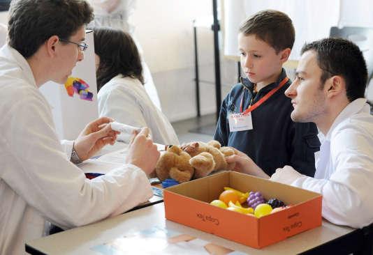 Des enfants de l'école maternelle d'Hellesmes (Nord), lors de l'opération«l'Hôpital des nounours»à la faculté de médecine de Lille, en avril2008.
