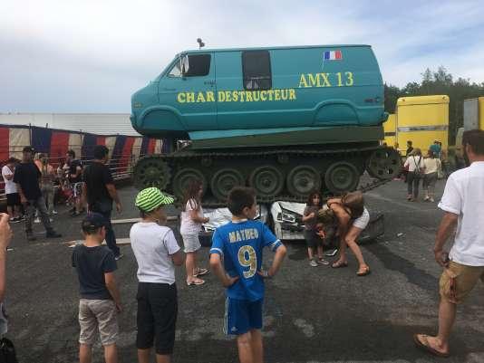 Le char français AMX-13(12 tonnes) rehaussé par une caisse de monospace.