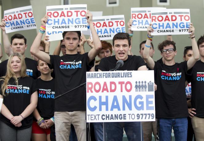 « Beaucoup d'hommes politiques ne veulent pas que les jeunes votent, ils marginalisent des communautés pour les garder loin des urnes car ils savent qu'ils vont perdre », a lancé Cameron Kasky, l'un des survivants de la tuerie de Parkland.