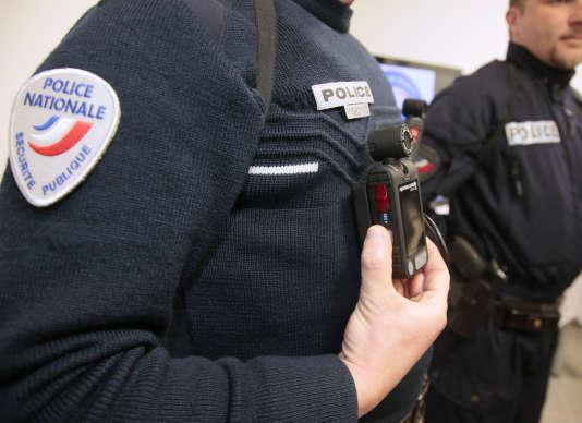 Un policier de Les Mureaux, portant une caméra-piétons.