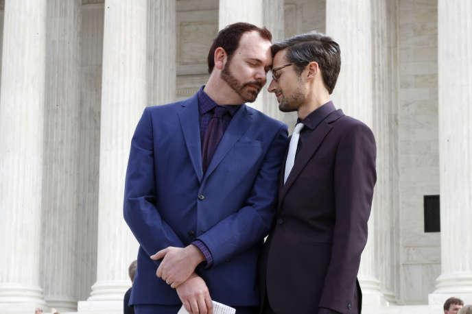 Le couple David Mullins (à gauche) et Charlie Craig,devant la Cour suprême des Etats-Unis, à Washington, le 5 décembre 2017.