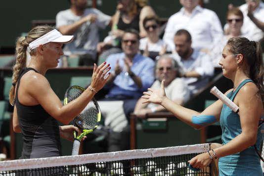 La Russe Daria Kasatkina (à droite), après sa victoire contre Caroline Wozniacki, enhuitièmes de finale de Roland-Garros, lundi4juin.