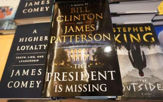 La version originale, «The President is Missing», dans une librairie de New-York, le 4 juin.