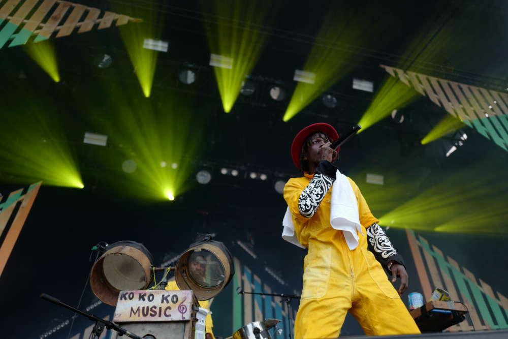 Avec ses instruments de récupération, ses percussions électro et ses combinaisons jaunes, le groupe congolaisKokoko! a fait danser la petite scène de la Canopée.