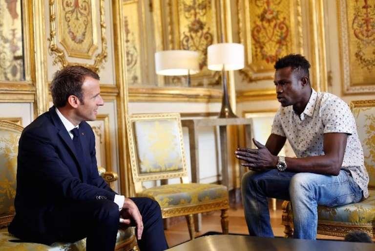 Mamoudou Gassama reçu par le président Macron, le 22 mai 2018, au palais de l'Elysée.