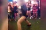 Un agent du FBI, samedi 2 juin dans un bar de Denver, Colorado, en train de danser. Après avoir exécuté un saut périlleux arrière, son arme est tombée de son étui accroché à son pantalon. C'est en voulant la récupérer qu'il a maladroitement actionné la gâchette et qu'un coup est parti.