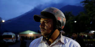 Un pompier à Alotenango, le 3 juin.«Des centaines de policiers, de membres de la Croix-Rouge et de militaires sont déployés» pour participer aux secours dans la zone affectée, a déclaré le président Morales, qui a appelé la population au calme.