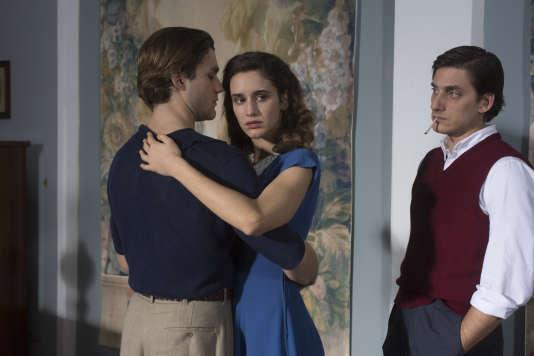 De gauche à droite :Lorenzo Richelmy, Valentina Belle et Luca Marinelli dans «Una questione privata», de Paolo et Vittorio Taviani