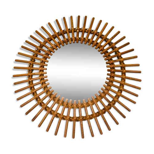 Le Miroir Soleil en rotin : sa forme arrondie habille graphiquement tout mur, surtout quand on les multiplie... A l'origine de l'engouement, le miroir oeil de sorcière Chaty Vallauris (Alpes-Maritimes), icône du design français des années 1950, avec ses rayons en métal doré, et son miroir bombé auquel on attribuait des pouvoirs magiques. Comme des matières... à réflexion.