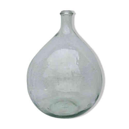 La Dame-Jeanne : cette grande bouteille en verre à la forme rebondie et au goulot étroit servait, au Moyen Age, à transporter des liquides, tel le vin. Sa contenance varie de 5 à 50 litres. Revenue à la mode dans les années 1970, la voilà à nouveau - un demi-siècle plus tard - désirable. Sauf qu'on y fait désormais pousser des plantes vertes ou des guirlandes lumineuses.