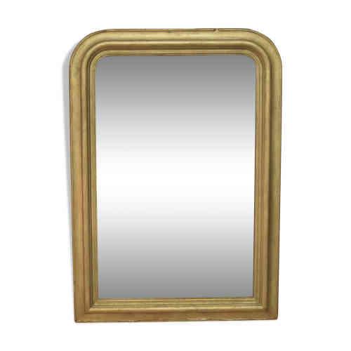 Miroir Dorée style Louis Philippe : Le miroir doré à la feuille d'or en bois et stuc du XIXe, d'époque Louis-Philippe, fait partie des rares pièces «antiques», qui se glissent sans difficulté dans les intérieurs du XXIe siècle. Les lignes sont épurées, les matériaux luxueux : cela explique un succès sans faille. Pour valoriser une déco très contemporaine.