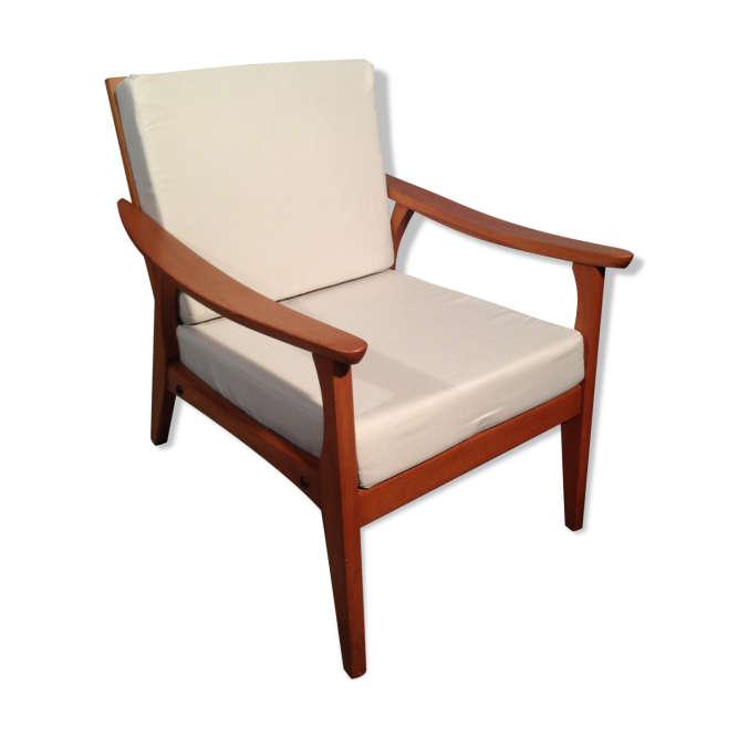 Fauteuil scandinave : ce fauteuil en bois, avec ses lignes fines et ses coussins en tissu de couleur claire, crée une atmosphère reposante typiquement scandinave. On est plongé dans l'ambiance douce et zen que l'on imagine idéale, dans les chalets des fjords et des maisons en bois du bord de mer.